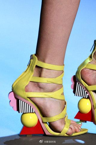 来自Christian Dior FALL 2011。用几何形状搭建而成的鞋跟