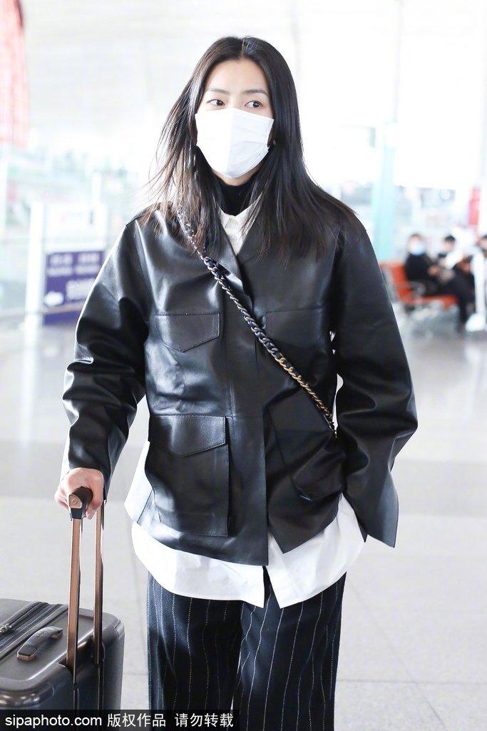 刘雯、何穗今日份机场look,黑衣长腿超模们太飒了吧~