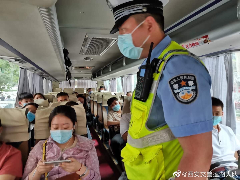 乘坐大巴车更要系好安全带,请勿携带危险品上车,疫情期间