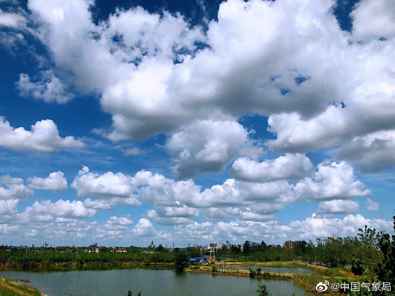 洁白的云朵排成队,点缀着蔚蓝的天空。今日份蓝天白云送给你们呀