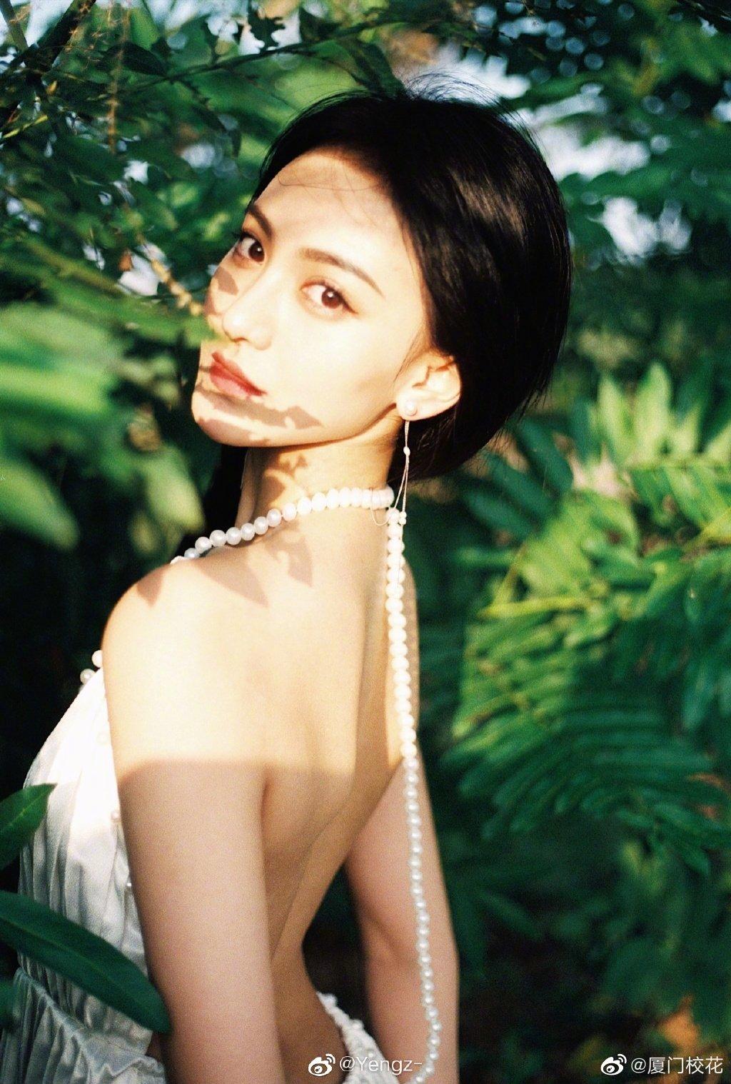 她叫曾姿晔 ,02年,就读于中央戏剧学院,身高170cm,爱好跳舞