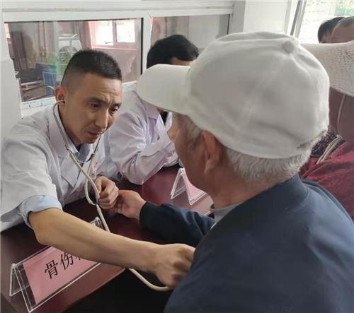 安徽望江县赛口镇:护士节走进社区服务群众