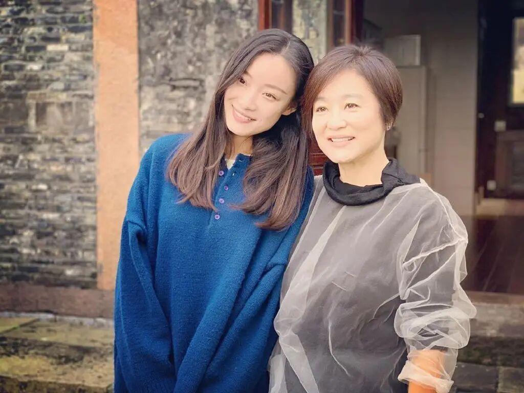 65岁林青霞同框32岁倪妮,诠释了女性不同年龄段的美