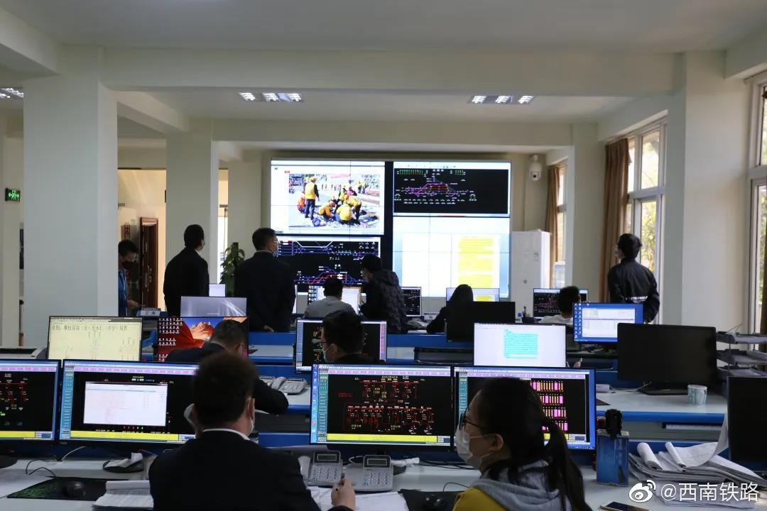 近日,西昌工电段组织开展了防洪地震落石应急演练