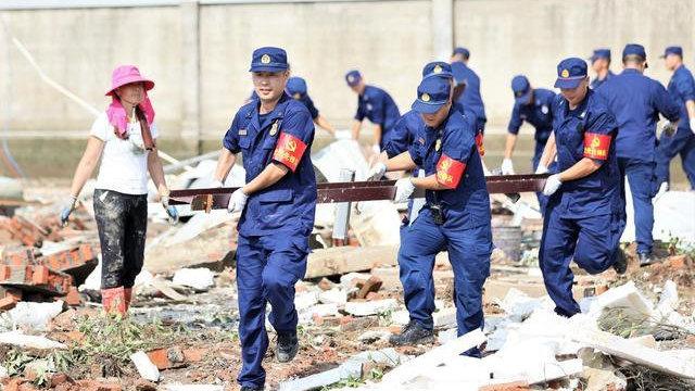 河南消防员冒雨抢救鹅舍 助灾区扶贫企业复产