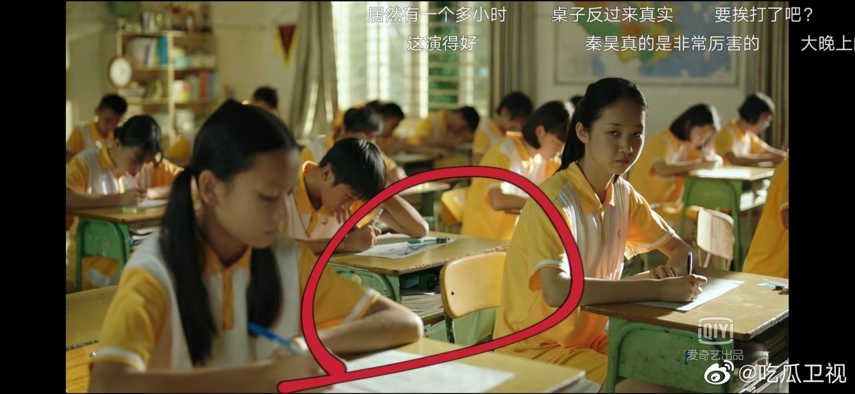 《隐秘的角落》开头朱朝阳他们班考试这里把桌子反过来很真实了