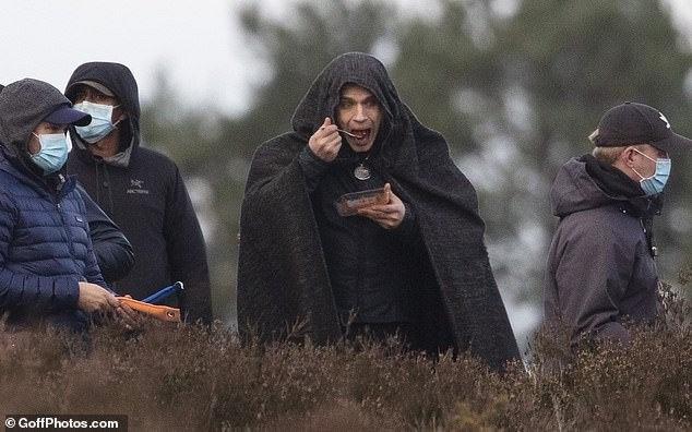 《巫师》第二季片场照曝光 卡维尔大口吃饭被偷拍