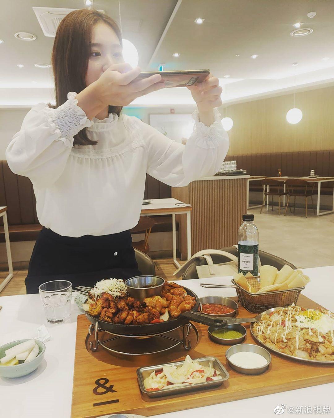 吴侑珍美少女和李裕真美少女约饭,美食和美女都好养眼图片来源