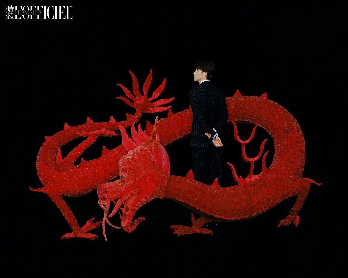 邓伦 时装男士11月封面大片 抽象的花朵和龙的图腾元素十分高级素雅