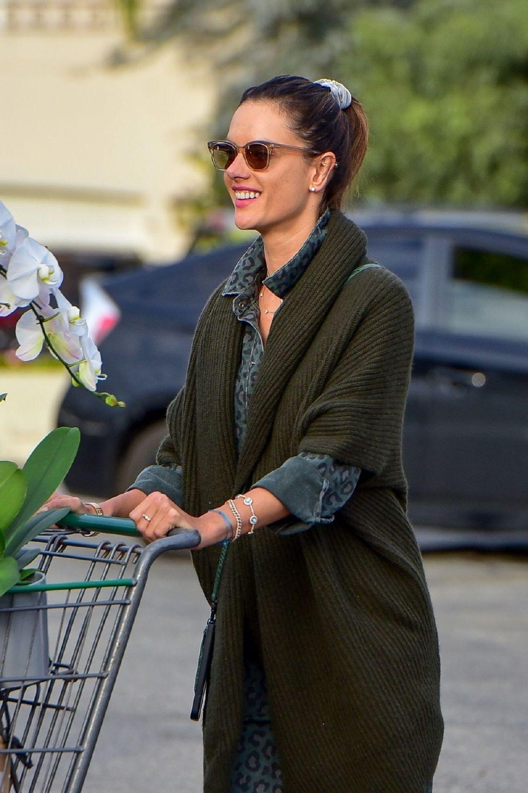 亚历桑德拉·安布罗休(Alessandra Ambrosio)- 圣莫尼卡的杂货店购物