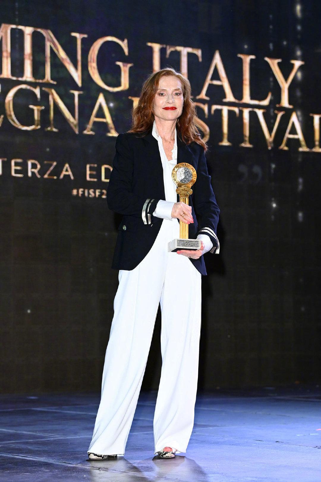 伊莎贝尔·于佩尔亮相加第3届意大利撒丁岛电影节,被授予荣誉奖