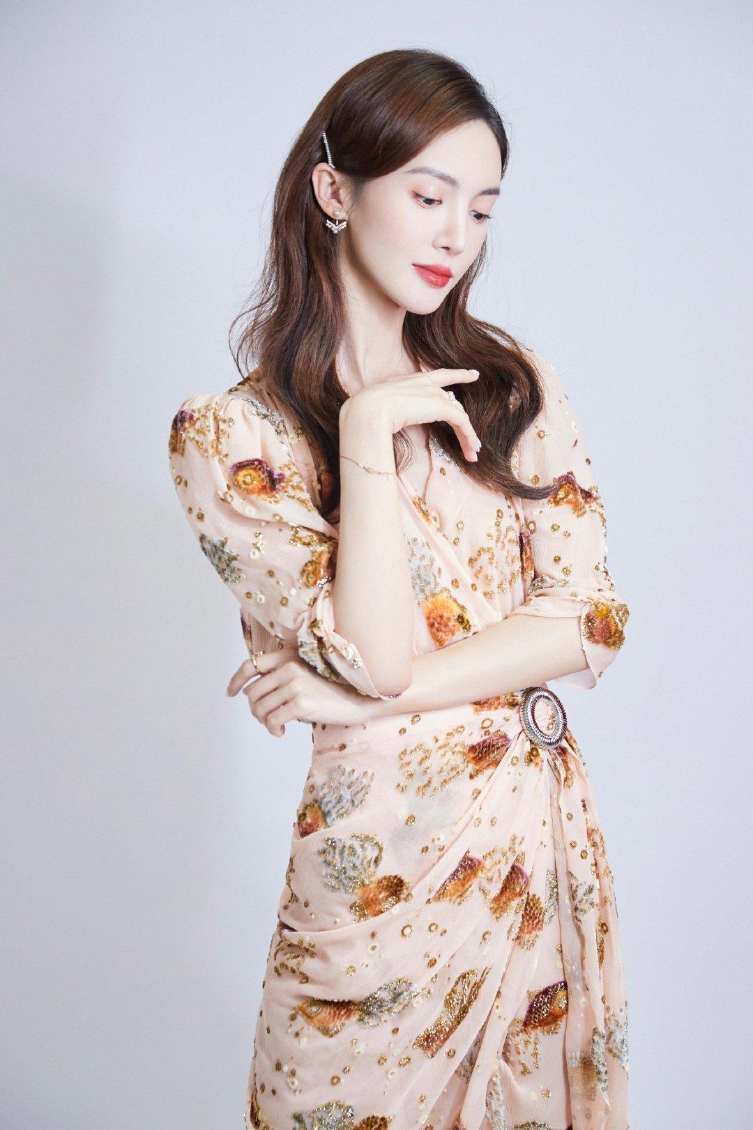 金晨和张萌同款LANVIN连衣裙造型分享……