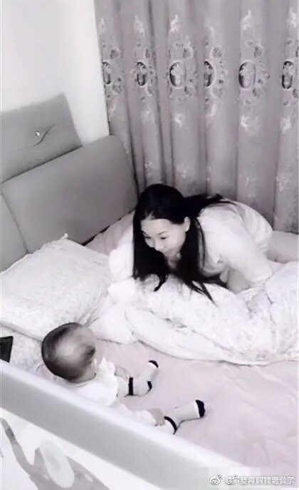 图中的妈妈患有轻微的产后抑郁症,爸爸非常担心妈妈