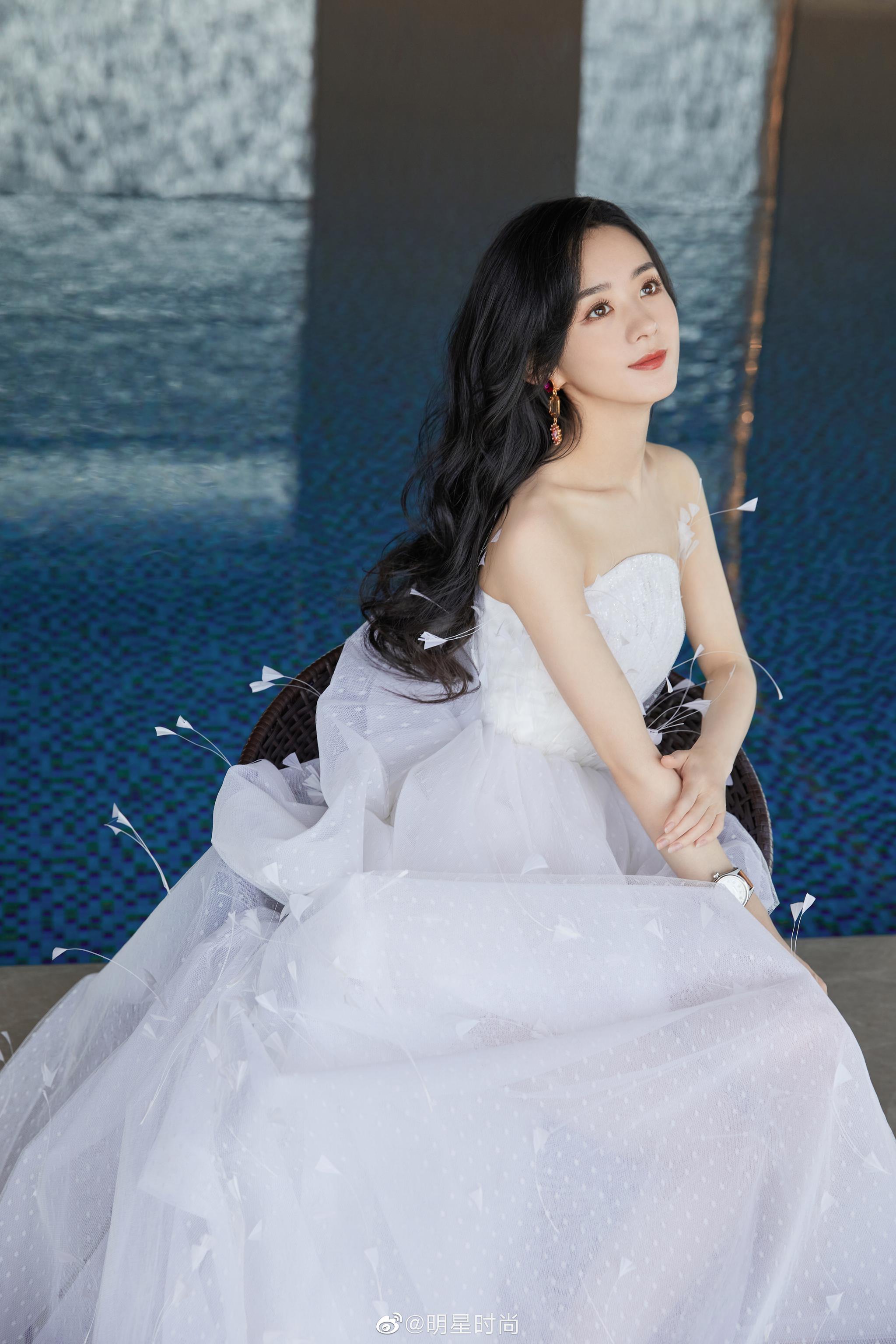赵丽颖今日份造型,一袭纯白羽翼尾摆长裙温柔又浪漫……