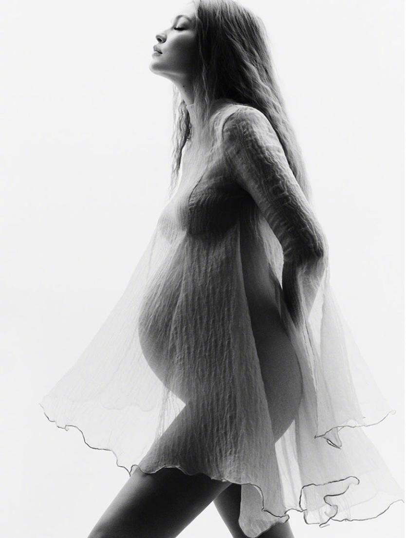 Gigi Hadid 在ins上分享了一组七月时拍摄的黑白唯美孕期照片