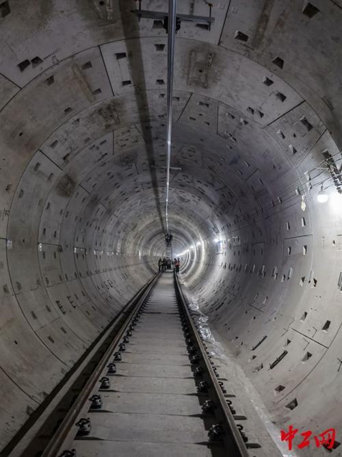 广州轨道交通七号线西延顺德段首段汇流排安装成功