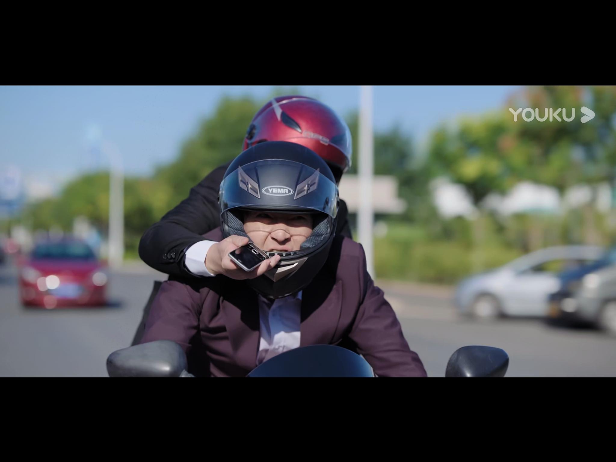 前一个镜头还是在狂飙飞驰的摩托上指点江山