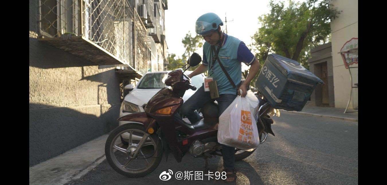 这么厉害~~ 河南南阳的贾兆江,在北京送外卖,白天做骑手