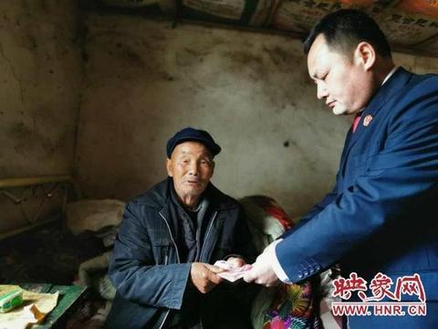 汝南县人民法院:司法关怀暖如春 八旬老汉在家喜领救助款