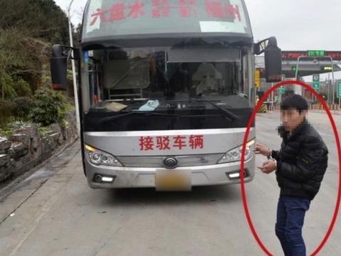 司机被乘客用安全锤砸头检方介入 贵州载39忍大巴司机遭乘客砸头画面曝光!