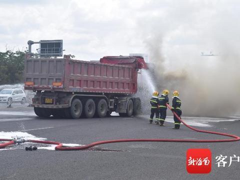 洋浦一辆液化天然气燃料动力货车突发起火 消防紧急救援