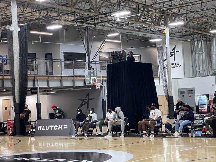 今日詹姆斯、浓眉、波普一同出席篮球选秀的预热节目
