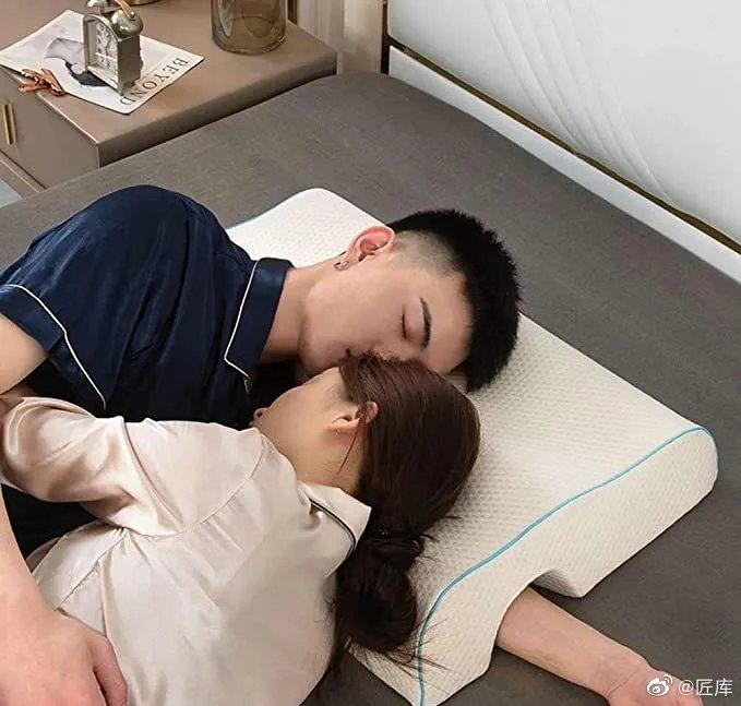 创意设计:最适合情侣睡觉用的枕头,你给设计师打多少分