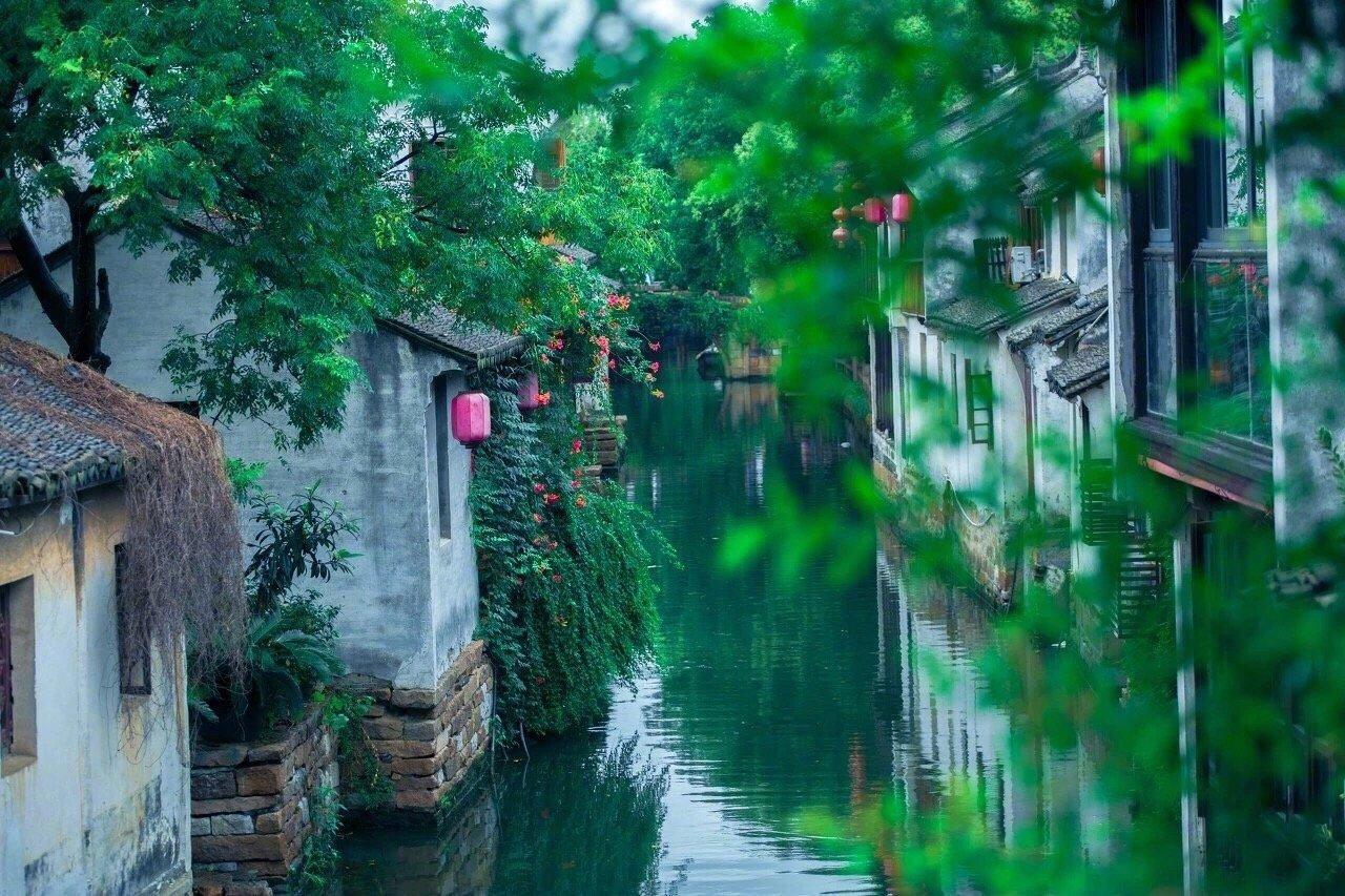 小桥流水,灰瓦白墙,朱漆竹窗