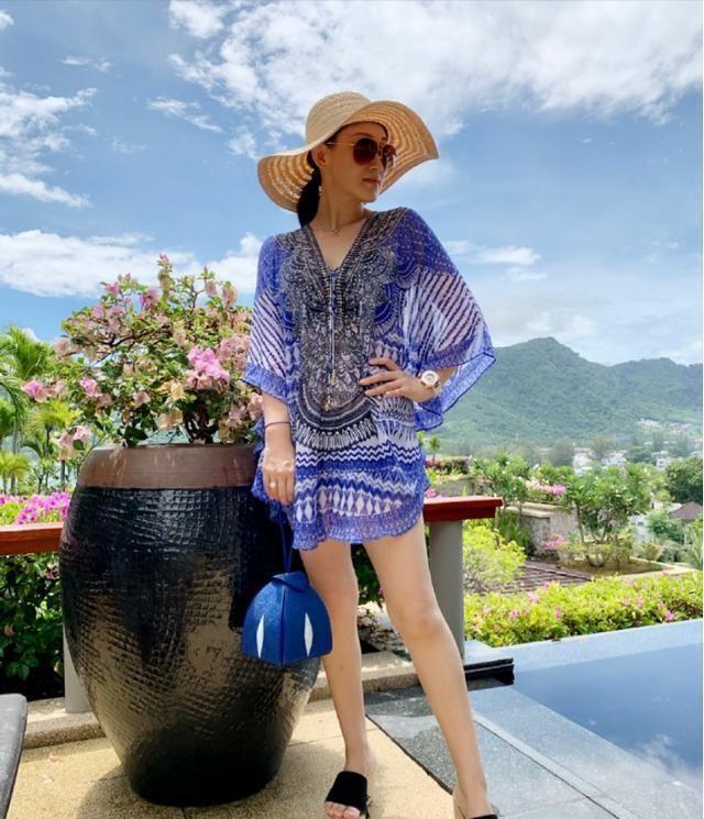 赵文卓老婆身材真好,穿印花裙配墨镜秀出大长腿,气质不输超模