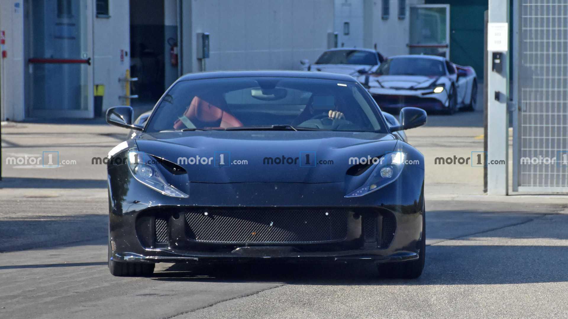 法拉利812 GTO原型车路试谍照,新车将于2021年发布。(Motor1)
