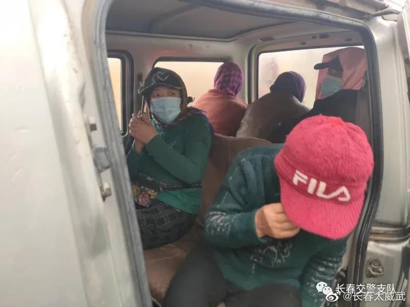 10月21日,长春交警九台大队四中队民警在九大公路巡逻时