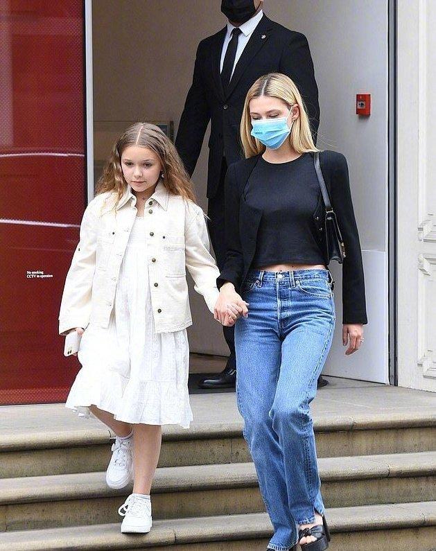 刚满九岁的小七和哥哥布鲁克林及准大嫂妮可拉·佩尔茨一起外出购物被