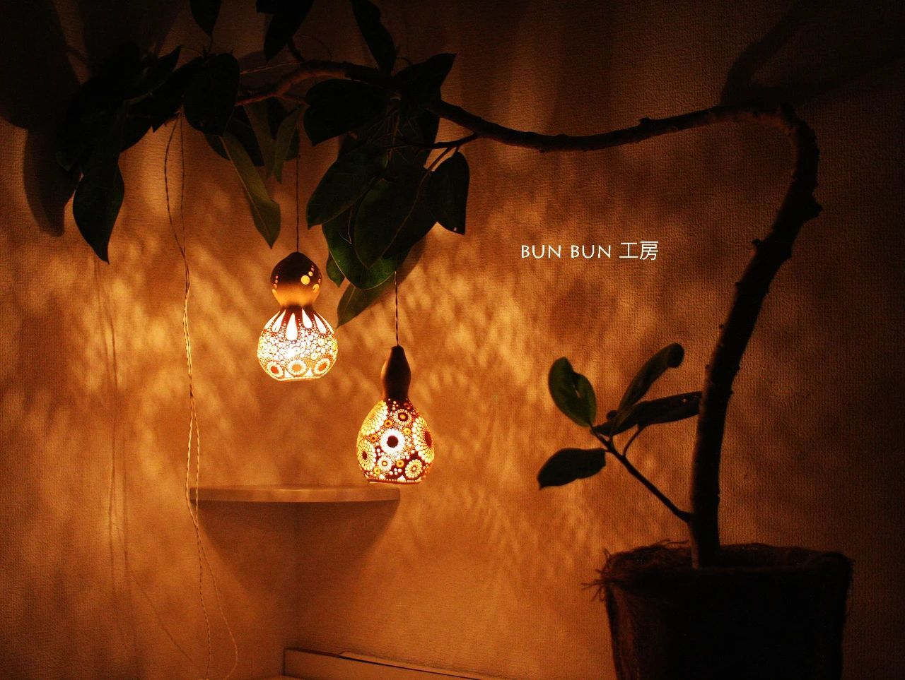 这位专职雕刻葫芦灯饰的日本手作家