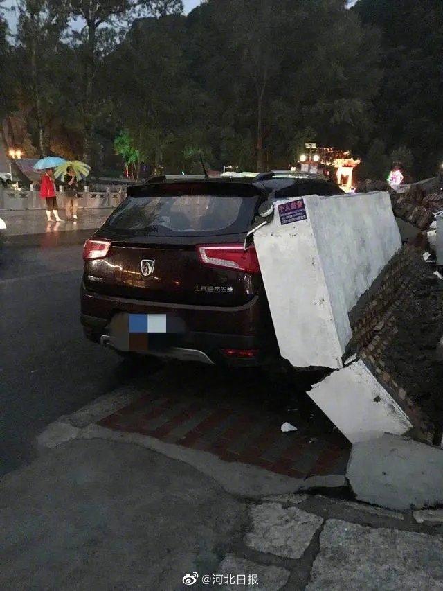 河北一景区墙体坍塌致游客车辆被砸 景区拒绝赔偿