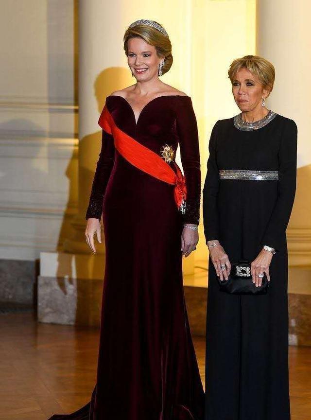 比利时王后真有魅力,穿酒红露肩长裙优雅高贵,气质不输法国夫人