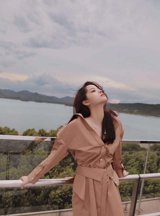 天气变冷,选纯色调衬衫连衣裙作为内搭,穿出欧阳娜娜少女范