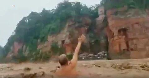 四川多名市民跳入洪水中游泳 网友:健身还是玩命?