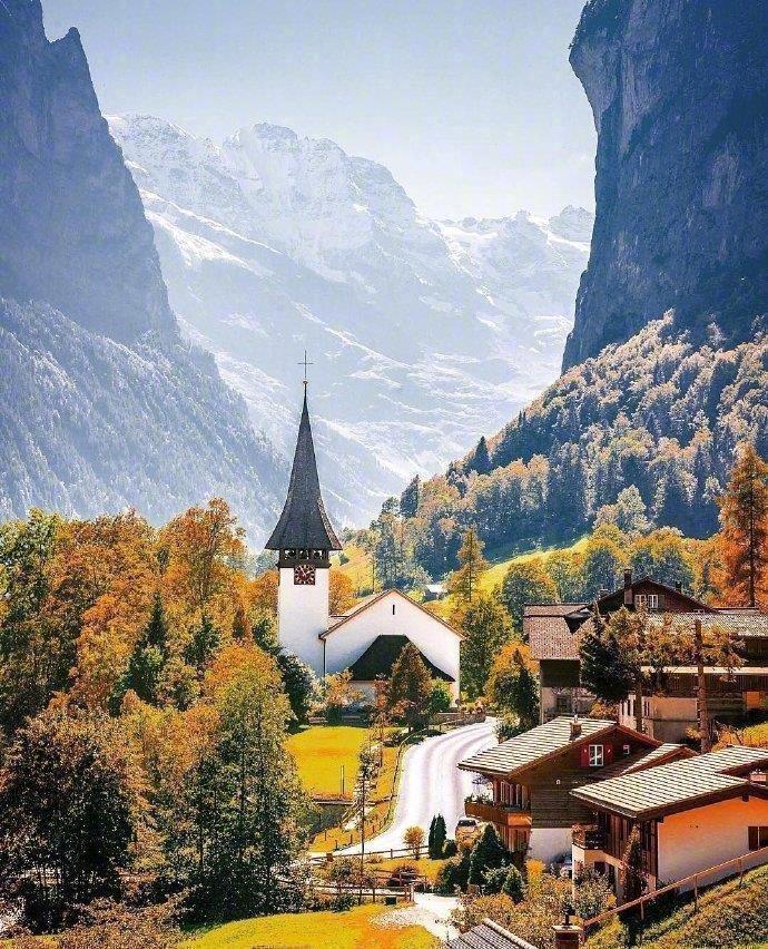 """瑞士·劳特布龙嫩小镇,拥有72条瀑布,被誉为""""世界公园""""。"""