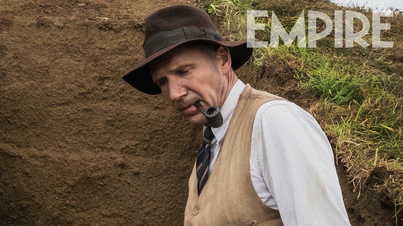 拉尔夫·费因斯、莉莉·詹姆斯、凯瑞·穆里根出演的新片《深度挖掘》发