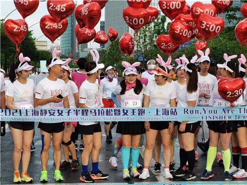 上海静安女子半程马拉松开跑 参赛选手张新艳夺冠
