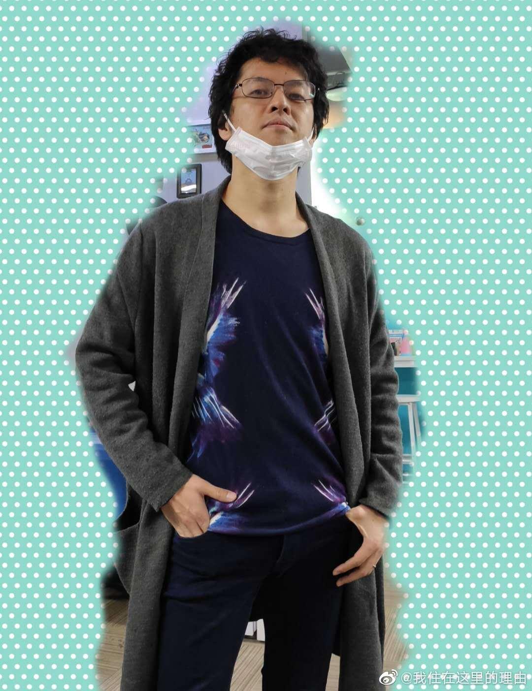 继长筒红袜子之后,@竹内亮导演 再次引领新时尚:秋衣外穿