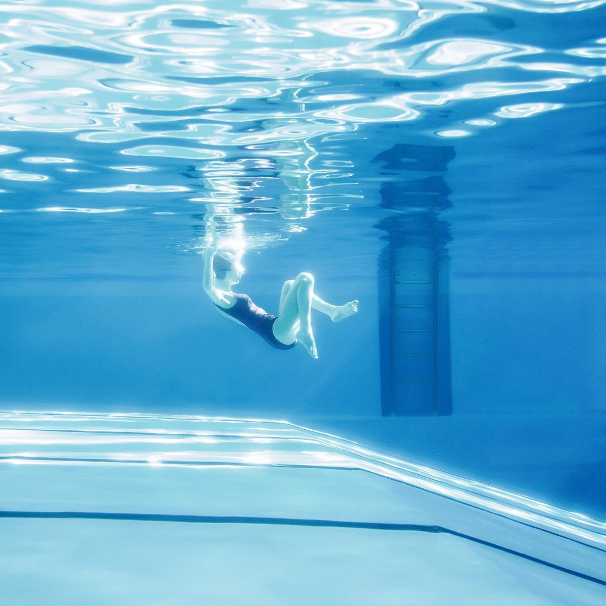 斯洛伐克摄影师 Maria Svarbova(1988年— )镜头下的夏日泳池