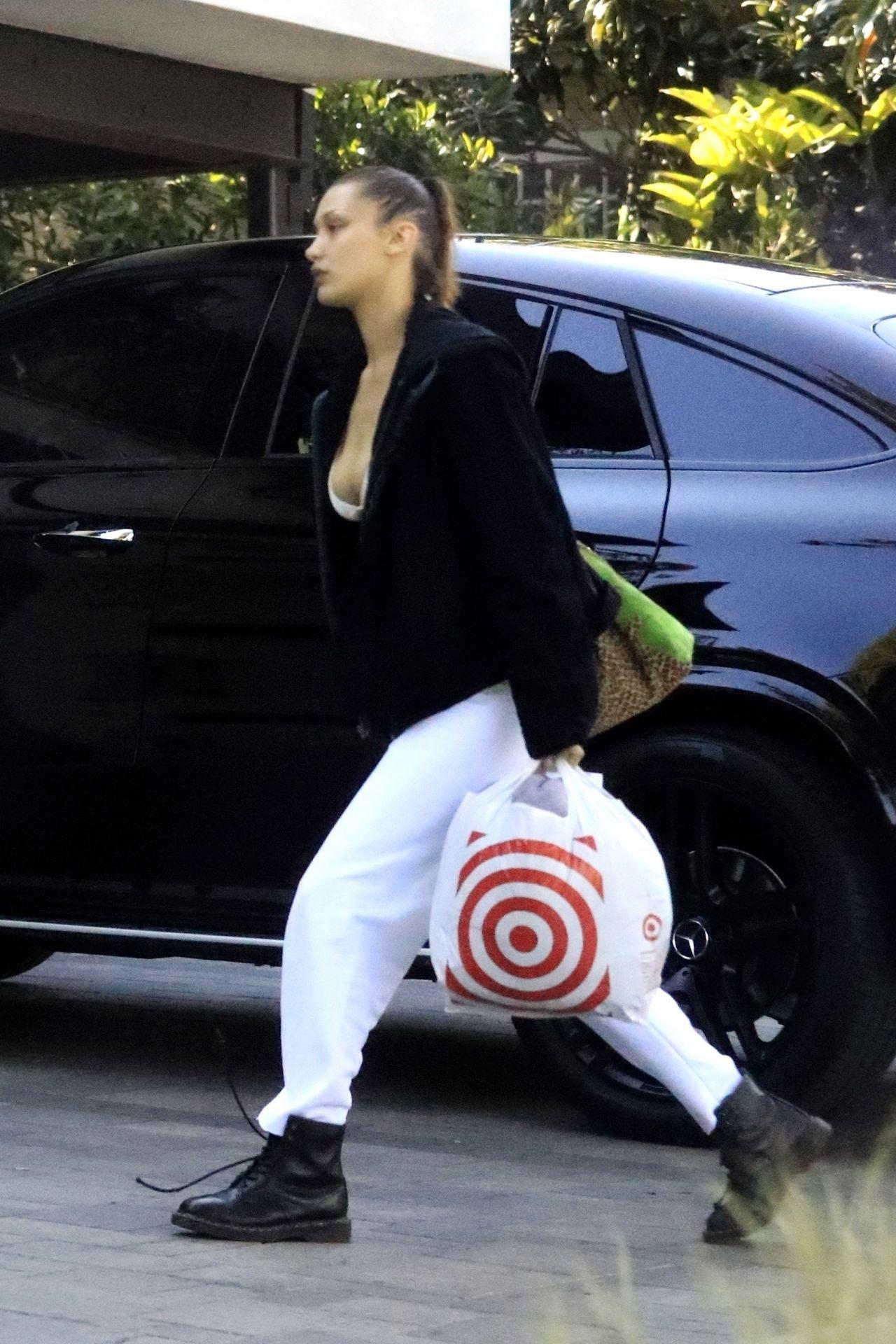 贝拉·哈迪德(Bella Hadid)-洛杉矶塔吉特(Target)购物03/30/2020