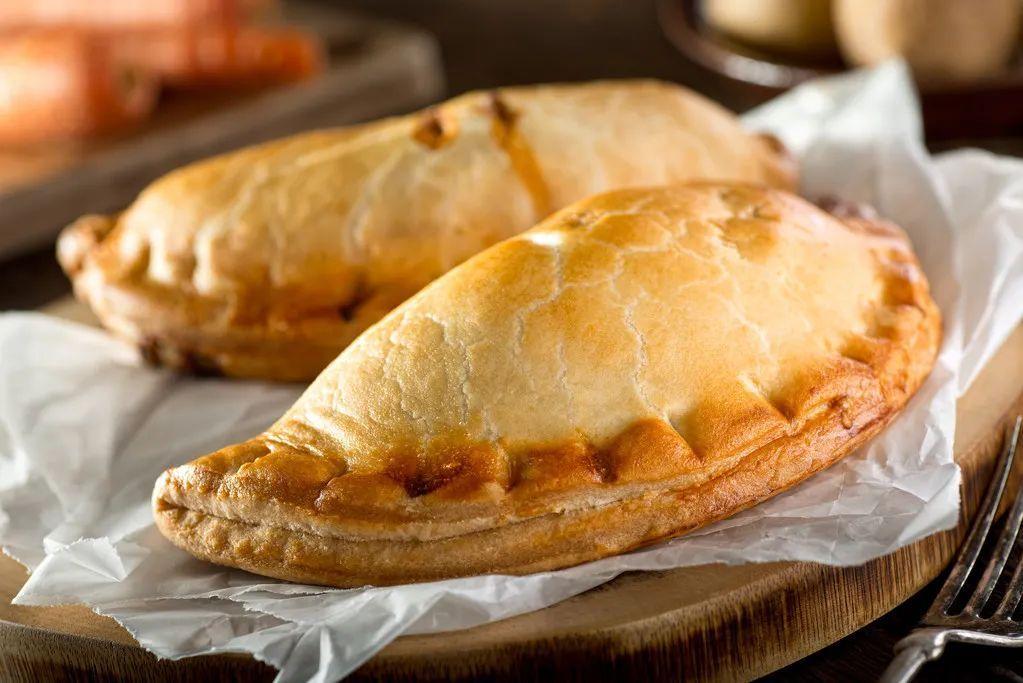 康沃尔馅饼的肉馅由牛肉、土豆、洋葱和瑞典甘蓝混合而成