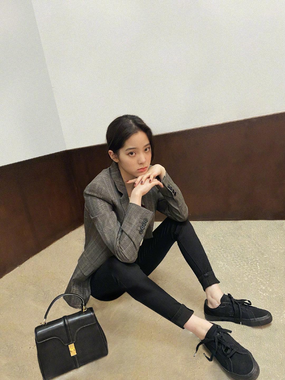 欧阳娜娜|一则私服分享✨灰色条纹西装外套搭配小号16 Bag