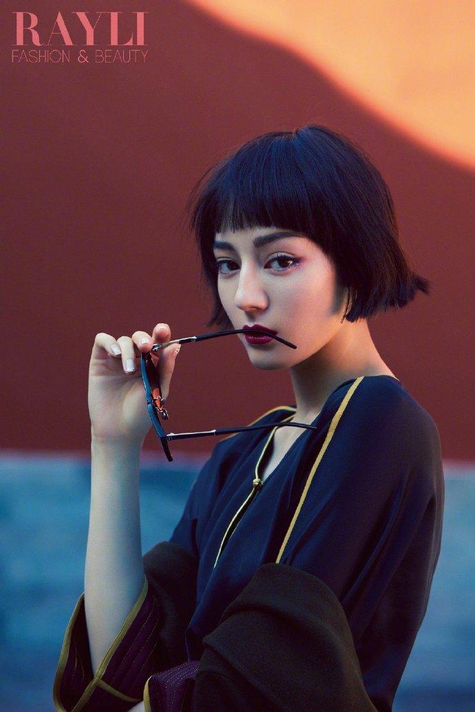迪丽热巴瑞丽服饰美容 10月刊封面大片;黑色齐耳短发和野生眉造型复