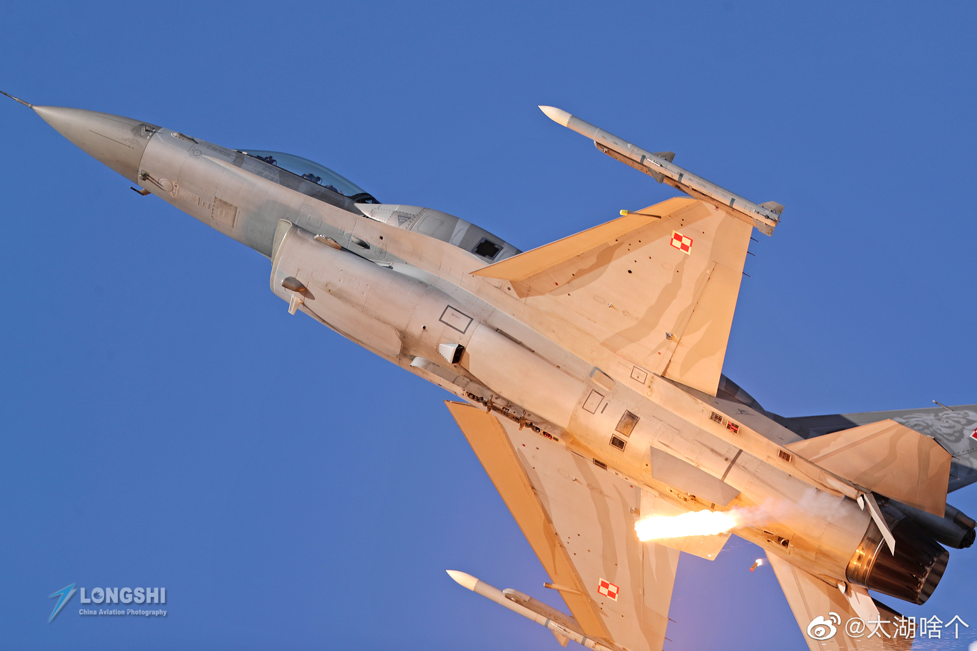 洛克希德马丁公司研制的F-16战隼战斗机是目前还在生产