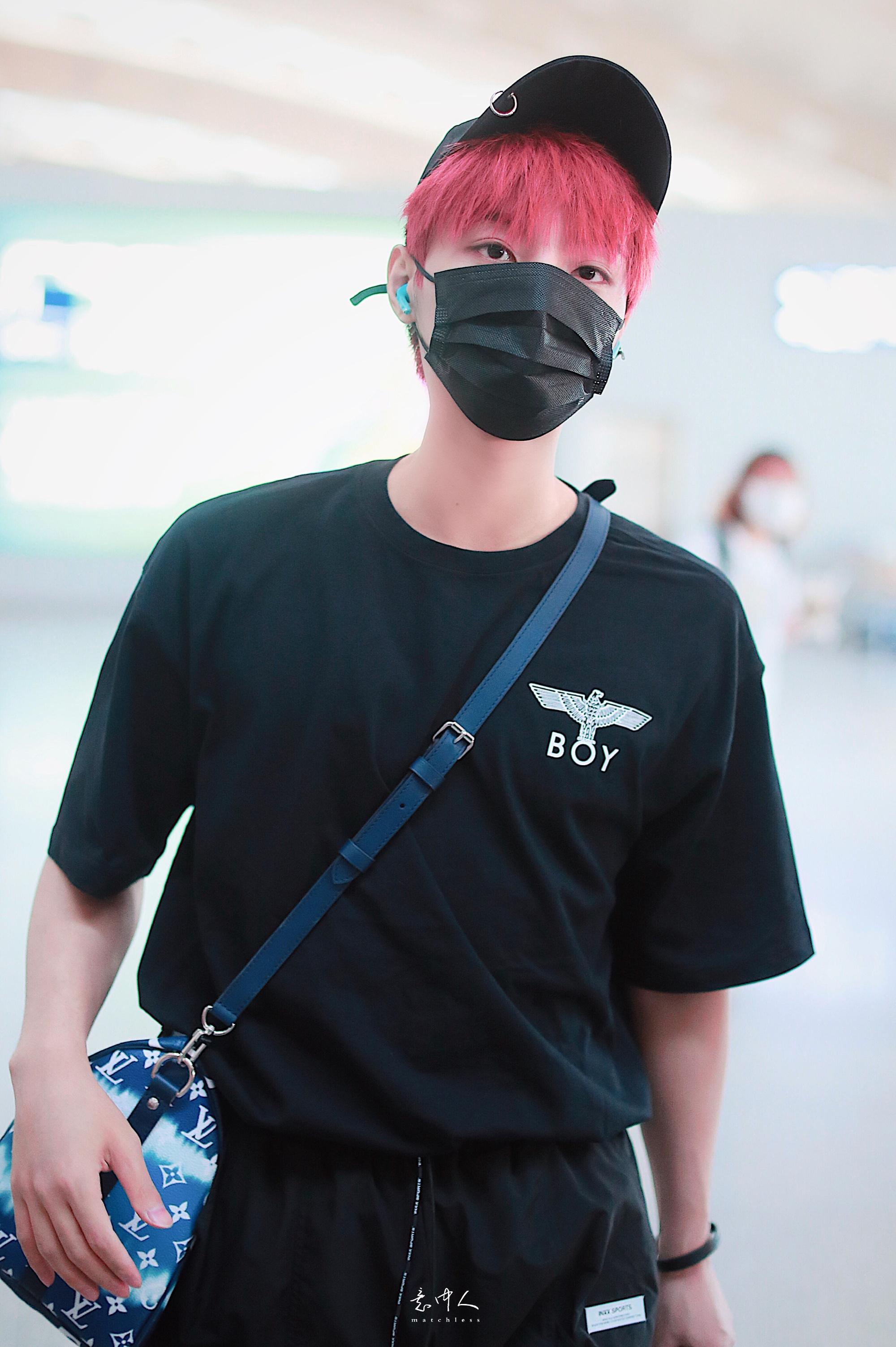 李振宁今日份机场路透图一身酷黑look+吸睛红发造型漫画里走出来的