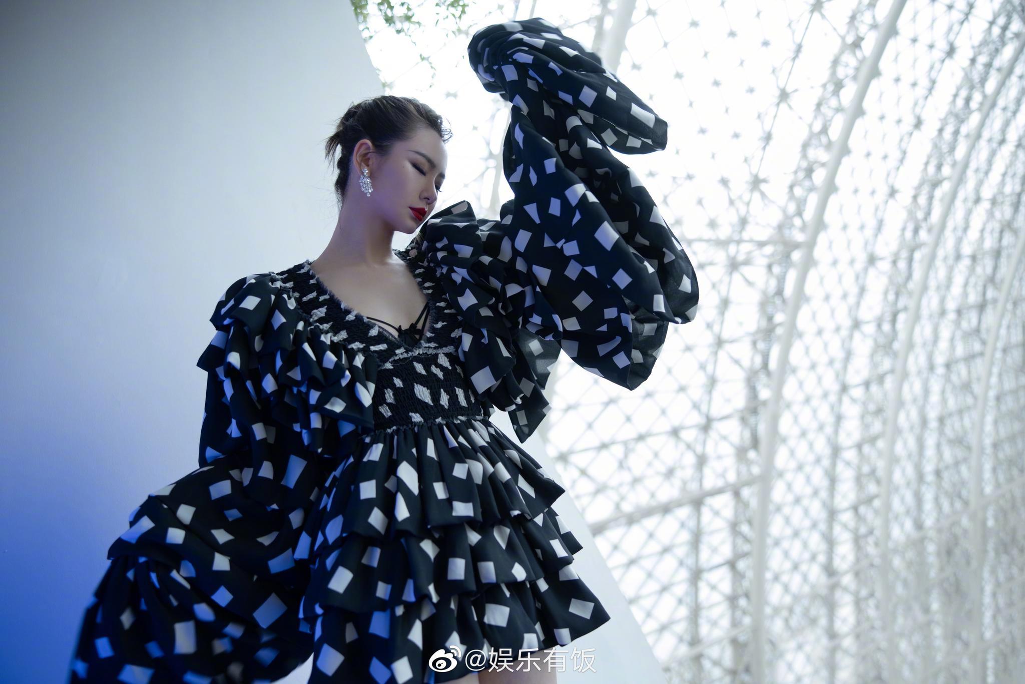 @戚薇 绿洲分享最新活动造型解析,身穿黑白碎片蛋糕裙