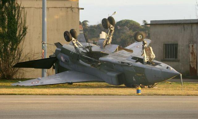 30张活久未见的照片,汽车追尾战斗机,直升飞机撞上公交车